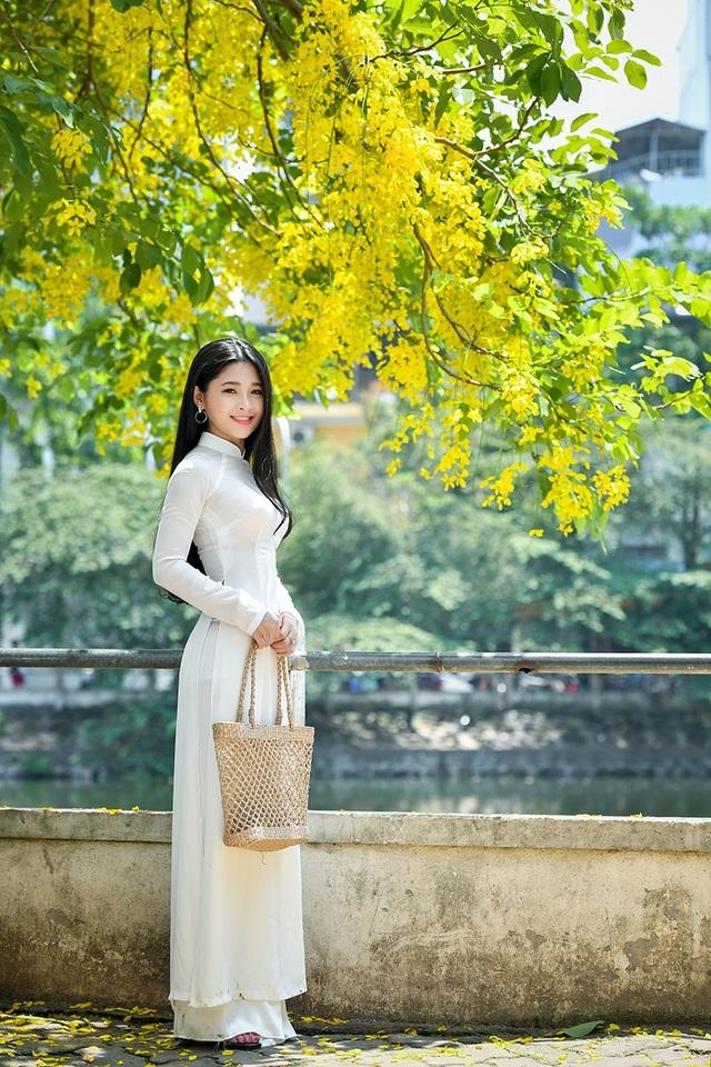 Từ khi được biết tới trên mạng xã hội, Kim Khánh thường nhận được lời mời đi chụp ảnh. Lần này, Khánh ra Hà Nội thực hiện bộ ảnh mang ý tưởng người đẹp bên hoa muồng hoàng yến cùng với nhiếp ảnh gia Lê Xuân Bách.