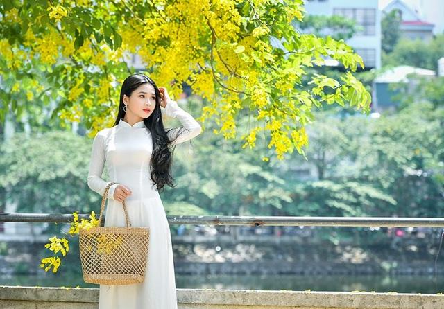 Mẹ của Kim Khánh mở một quán bán bánh bánh mướt tráng tại Nghệ An. Lúc rảnh rồi, Khánh thường tới phụ mẹ tráng bánh, phục vụ khách hàng.