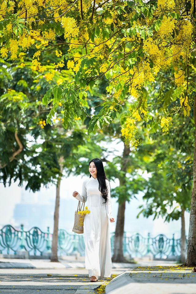 Nguyễn Thị Kim Khánh (sinh năm 1998) được dân mạng đặt biệt danh hot girl tráng bánh mướt. Lí do là vì cô được biết tới qua một clip cô ngồi tráng bánh mướt phụ mẹ bán hàng.