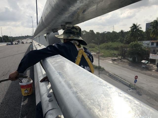 Công nhân thi công đang khẩn trương hoàn thiện các công đoạn thẩm mỹ của cầu vượt để kịp ngày thông xe.