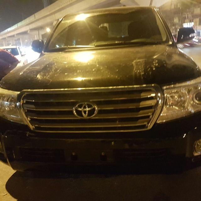 Chủ xe Toyota Land Cruiser tỏ rõ sự coi thường pháp luật khi đằng trước xe không gắn biển số, sử dụng đăng kiểm giả và gắn biển số giả phần sau xe.