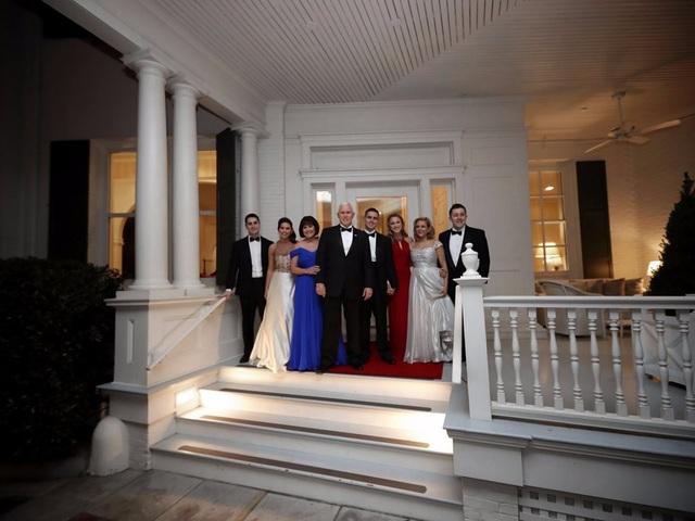 Gia đình ông Pence chụp hình trước dinh thự (Ảnh: Getty)
