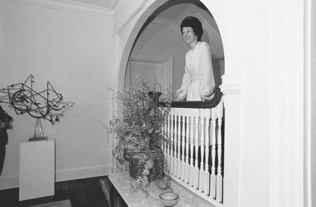 Tầng trệt của khu nhà có một phòng tiếp tân, phòng khách, phòng chờ, phòng ăn, phòng vườn, phòng chờ, phòng bếp và khu vực hiên. Trong ảnh: Phu nhân cựu Phó Tổng thống Mondale Joan Mondale giới thiệu cho báo chí về khu dinh thự. (Ảnh: AP)