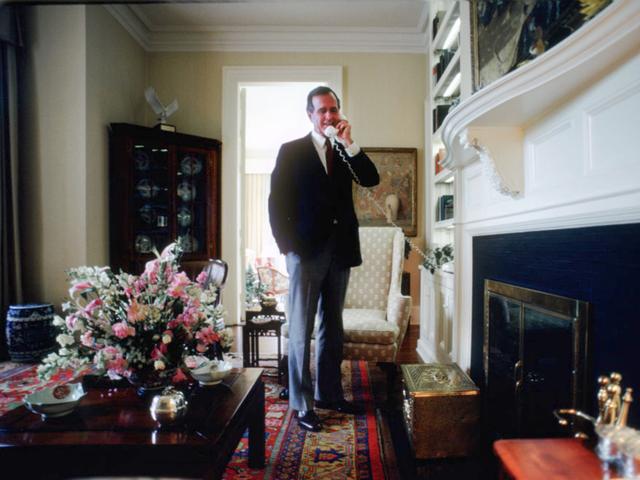 Cựu Phó Tổng thống George H.W. Bush, người sau này trở thành Tổng thống Mỹ thứ 41, cho xây dựng một hố móng ngựa tại sân của khu nhà. (Ảnh: Getty)