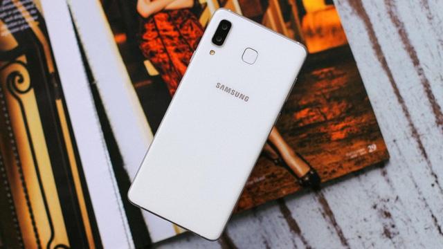 Được ưu ái hơn cả những smartphone cao cấp, Galaxy A8 Star được trang bị camera trước và sau với độ phân giải lớn nhất, lên đến 24MP.