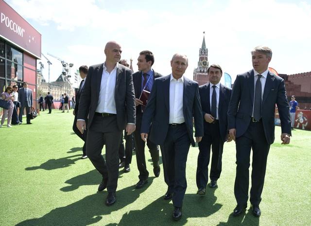 Tổng thống Vladimir Putin hôm nay 28/6 đã dành một khoảng thời gian trong lịch trình công việc bận rộn tại Điện Kremlin để tới thăm công viên bóng đá World Cup tại Quảng trường Đỏ ở thủ đô Moscow.