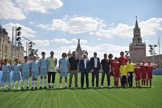 Tổng thống Putin cùng Chủ tịch FIFA và các cầu thủ trẻ chụp ảnh lưu niệm tại Quảng trường Đỏ.