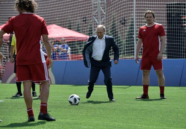 Chủ tịch FIFA đã chuyền bóng để Tổng thống Putin sút vào lưới. Tuy vậy, một thủ môn trẻ đã bắt được quả bóng do ông Putin sút.