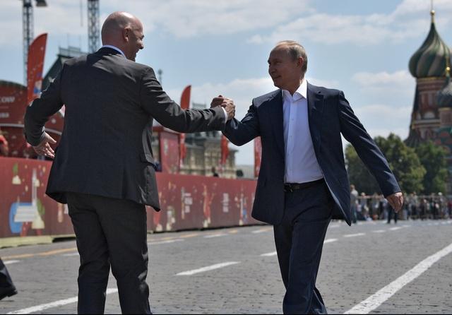 Đi cùng Tổng thống Putin là Chủ tịch FIFA Gianni Infantino. Ông Putin và ông Infantino đã cùng gặp một số cầu thủ trẻ và giao lưu bóng đá với các cầu thủ này.