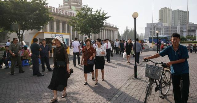 Mọi người đi lại trên một quảng trường bên ngoài ga đường sắt trung tâm ở Bình Nhưỡng vào ngày 12/6/2018. (Nguồn: Ed Jones   AFP   Getty Images)