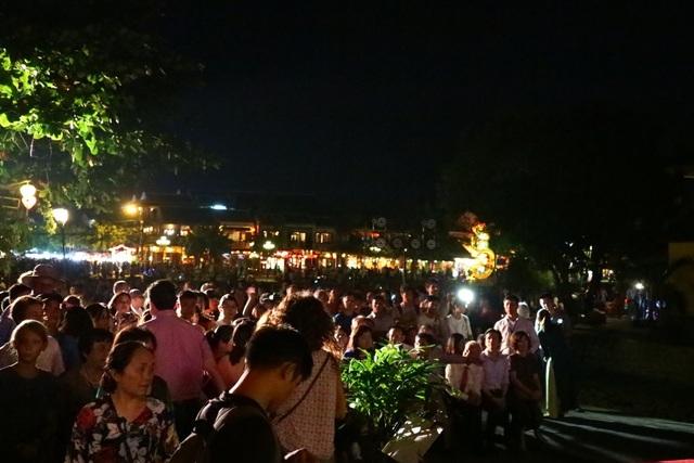 Rất đông người dân và du khách đã tập trung tại Vòng cung Chùa Cầu để xem buổi giao lưu hòa nhạc