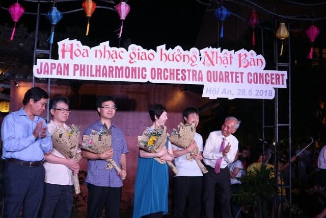 Tặng hoa lưu niệm cho bốn nghệ sĩ biểu diễn (dàn giao hưởng JPO có tổng cộng 82 thành viên, và đến Hội An biểu diễn là đại diện 4 thành viên tiêu biểu của dàn nhạc)