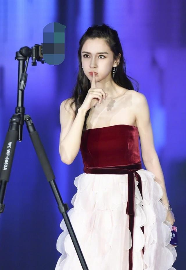 Nữ diễn viên mang hai dòng máu Âu - Á hiện là một trong những mỹ nhân của làng giải trí Hoa ngữ và châu Á. Mới đây, một loạt hình ảnh của Angelababy trong buổi chụp hình quảng cáo cho một nhãn hiệu được đăng tải, khiến fan vô cùng thích thú.