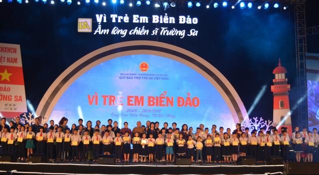 1.000 suất học bổng vừa được trao đến các em nhỏ là con em cán bộ, chiến sĩ Trường Sa và con em ngư dân có hoàn cảnh khó khăn ở miền Trung