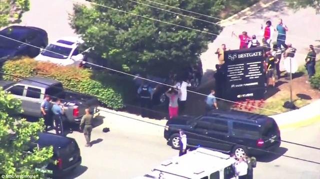 Nhân viên tòa soạn báo được sơ tán khỏi tòa nhà. (Ảnh: NBC)