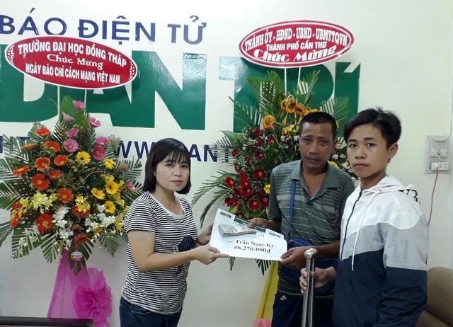 Nhà báo Phạm Tâm - Phó trưởng VP Đại diện báo Dân trí tại ĐBSCL trao số tiền hơn 46 triệu đồng của bạn đọc cho anh Trần Ngọc Kỷ