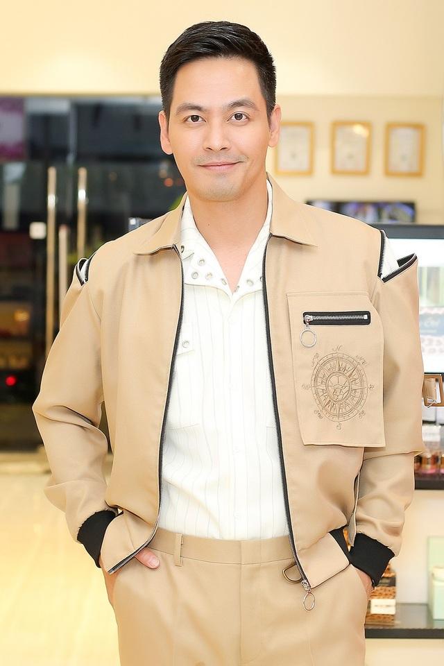 MC Phan Anh cho biết sức hút của hào quang sân khấu đôi khi cũng khiến anh tiếc nuối, tuy nhiên anh vẫn chọn gia đình và cảm thấy đây là khoảng thời gian ý nghĩa nhất trong cuộc đời của mình.