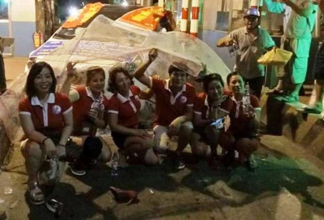 Nhóm người này còn mặc đồng phục màu đỏ, dàn hàng ngang trên đường để biểu lộ thái độ phản đối việc thu phí (ảnh: Người dân cung cấp)