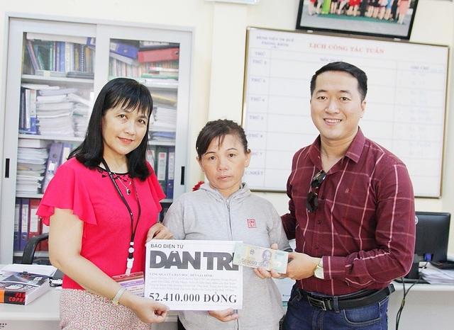 PV Dân trí và Th.s.BS. Trần Thị Cẩm Tú, Phó Trưởng Phòng Kế hoạch Tổng hợp Bệnh viện Trung ương Huế trao quà nhân ái đến chị Lê Thị Quy
