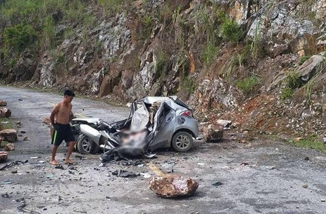 Hiện trường vụ sạt lở làm 1 người chết, đá vương vãi quanh chiếc ô tô 4 chỗ (Ảnh: Fb)