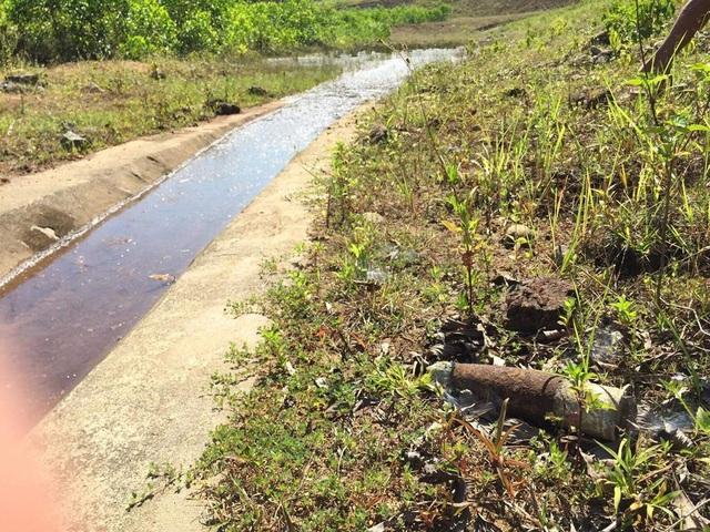 Vật thể có hình dáng giống đầu quả bom ở chân đập hồ chứa nước Thủy Yên - Thủy Cam (xã Lộc Thủy, huyện Phú Lộc, tỉnh Thừa Thiên Huế)