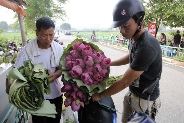 Những bó hoa được bọc bằng chính lá sen nhìn đơn giản nhưng rất hấp dẫn với người chơi hoa.