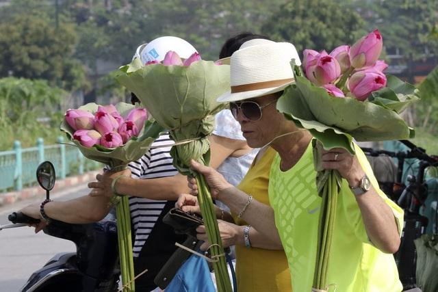 Vẻ đẹp đặc biệt của đầm sen hồ Tây mùa hoa nở - 4