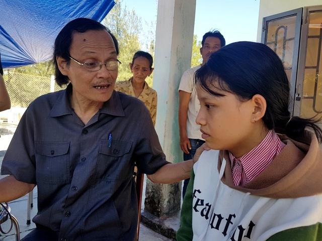 Chủ tịch Hội khuyến học huyện Thăng Bình thường xuyên túc trực ở nhà em Thủy để chia sẻ, động viên em