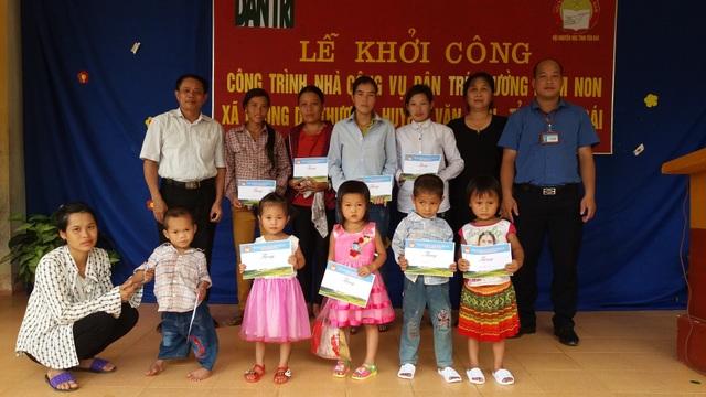 Hội Khuyến học tỉnh Yên Bái trao tặng các suất học bổng đến học sinh và giáo viên có hoàn cảnh khó khăn thuộc Trường mầm non Phong Dụ Thượng