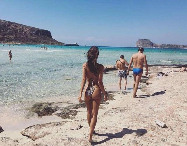 Emily Ratajkowski khoe dáng gợi cảm trong mùa hè tại Hi Lạp