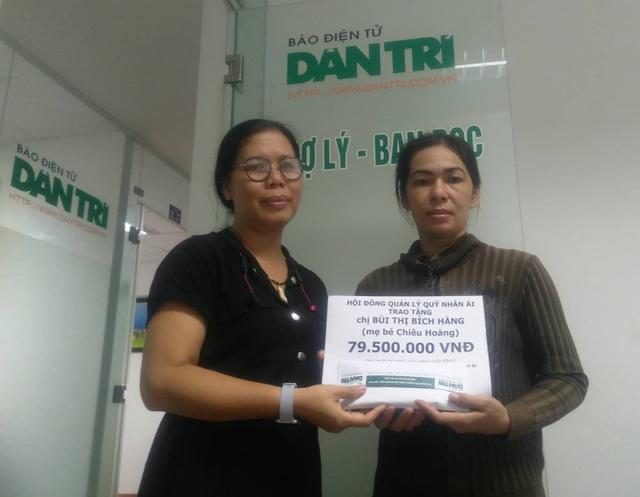 Nhà báo Toàn Thắng - Trưởng văn phòng đại diện báo Dân trí tại TPHCM, trao quà bạn đọc đến cho chị Bích Hằng