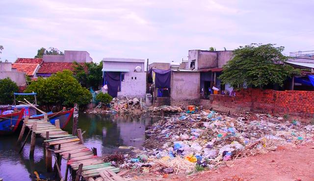 Bến thuyền Nhân Ân ngập rác thải sinh hoạt, thậm chí cả xác súc vật chết.
