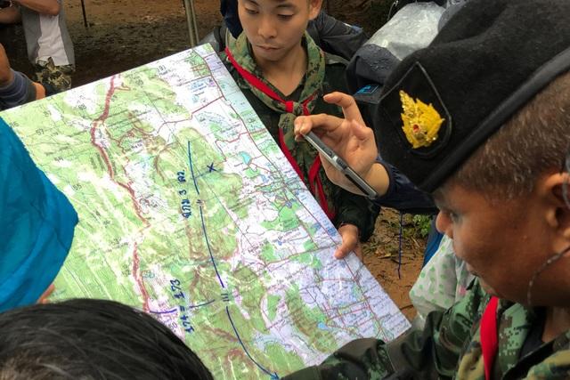 Hang Tham Luang Nang Non trải dài 10km và nằm giữa rừng rậm. Các binh sĩ đã sử dụng bản đồ để tìm hiểu địa hình và chuẩn bị phương án tìm kiếm. (Ảnh: Reuters)
