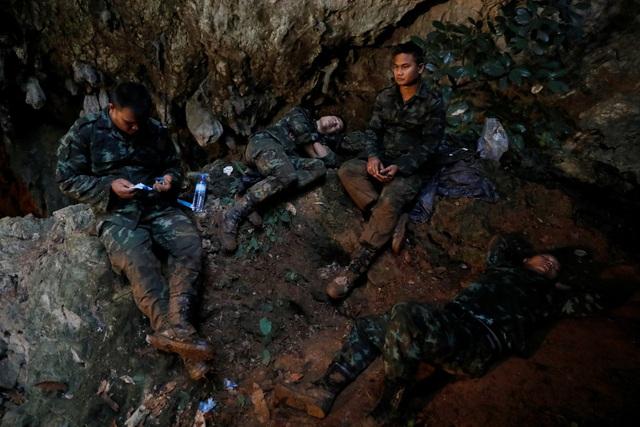 Các binh sĩ tranh thủ chợp mắt ngay trong hang khi thực hiện công tác tìm kiếm cứu hộ. Truyền thông Thái Lan đưa tin một binh sĩ đã ngất xỉu trong lúc làm việc. (Ảnh: Reuters)