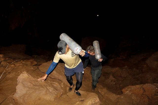 Việc di chuyển trong hang gặp nhiều khó khăn do bùn lầy và không có ánh sáng. (Ảnh: Reuters)