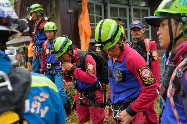 Đội cứu hộ chuẩn bị kỹ càng trước khi vào hang tìm kiếm. (Ảnh: Getty)