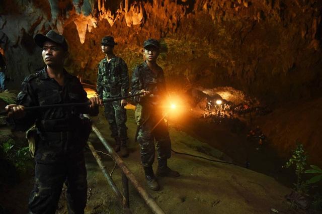 Giới chức phụ trách điện lực Thái Lan cho biết 13.700m dây điện không thấm nước đã được đưa vào trong hang, nối dài thêm 4.000m dây đã được đưa vào trước đó để phục vụ cho việc thắp sáng, từ đó giúp lực lượng cứu hộ làm việc hiệu quả hơn. (Ảnh: AFP)
