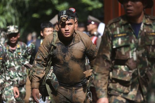 Binh sĩ Thái Lan được điều động giải cứu đội bóng mắc kẹt trong hang. (Ảnh: AP)