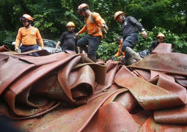 Công tác giải cứu gặp nhiều khó khăn, phương án hút nước không thực sự hiệu quả do mưa lớn tiếp diễn. (Ảnh: AP)