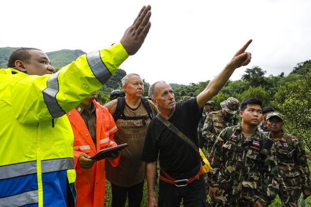 Lực lượng cứu hộ tích cực tìm lối vào thay thế để tiếp cận phía trong hang. (Ảnh: AFP)