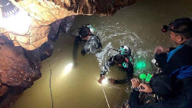 Các thợ lặn bám vào dây khi di chuyển qua các lối đi hẹp bị ngập nước trong hang Tham Luang (Ảnh: Nation)