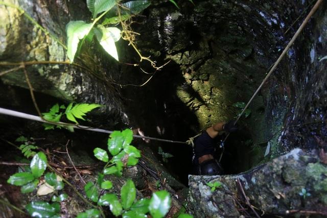 Do mưa lớn nên mực nước trong hang liên tục dâng cao khiến công tác tìm kiếm gặp nhiều khó khăn, lực lượng cứu hộ đã tìm cách tiếp cận hang thông qua các khe hở hoặc lỗ thông từ trên xuống. (Ảnh: The Nation)