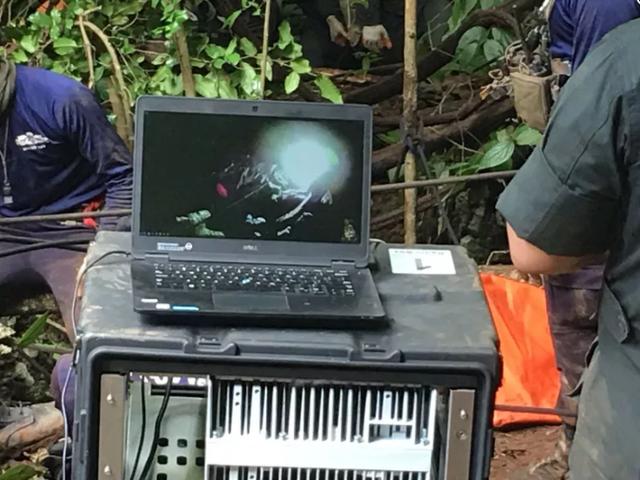 Những thiết bị công nghệ đặc biệt đã được sử dụng, cho phép chuyển hình ảnh từ camera gắn trên mũ bảo hiểm của lực lượng cứu hộ tới đội ngũ hỗ trợ ngoài hang. (Ảnh: Crossroads Today)