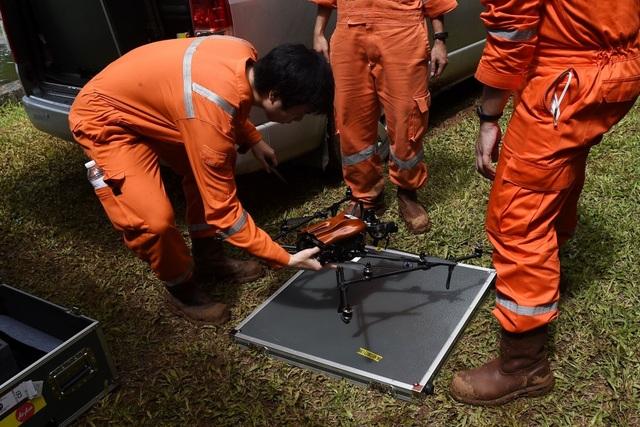 Đội cứu hộ sử dụng thiết bị bay gắn cảm biến nhiệt để khảo sát bên ngoài hang. Ngoài ra một thiết bị khác tương tự có khả năng chống nước sẽ được sử dụng trong hang, nơi đang bị ngập nước, để khảo sát những khu vực mà con người khó có thể tiếp cận. (Ảnh: The Nation)