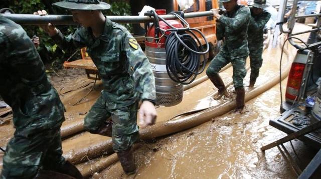 Các binh sĩ và lực lượng cứu hộ Thái Lan đã sử dụng máy bơm công suất lớn và hệ thống đường ống kéo dài để đưa nước và bùn ra khỏi hang. Khi mực nước trong hang rút bớt xuống, các thợ lặn mới có thể di chuyển dễ dàng vào sâu trong hang. (Ảnh: AP)