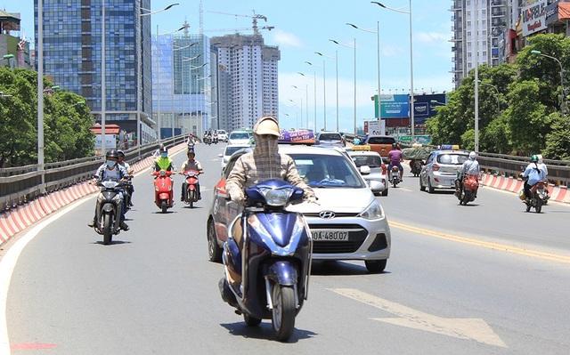 Nắng nóng, đường phố vắng hơn ngày thường. Những người có việc bắt buộc phải ra đường thì cố gắng bọc người kín nhất có thể.