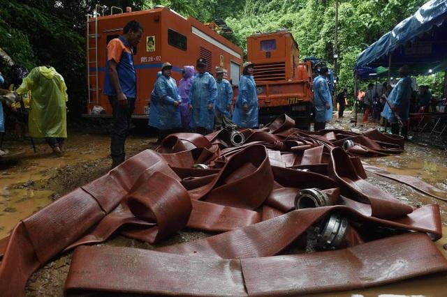 Hang Tham Luang Nang Non đang bị ngập nặng do mưa lớn, do vậy ống cao su đã được sử dụng để giúp đưa nước ra khỏi hang. (Ảnh: EPA)