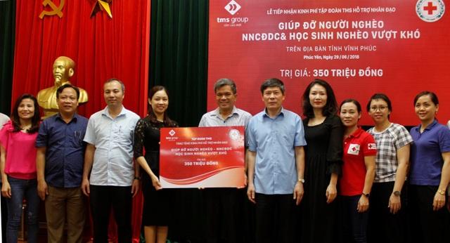 Đại diện Tập đoàn TMS trao tặng Hội Chữ thập đỏ tỉnh Vĩnh Phúc 350 triệu đồng