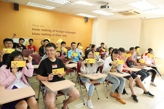 Các bạn trẻ hào hứng khoe vé vàng dự thi vòng Cơ sở cuộc thi V-Challenge.