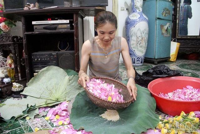 Theo các nghệ nhân làm trà, việc lấy gạo sen là công đoạn khó nhất. Trong đó người làm phải nhanh tay, khéo léo để hạt gạo không nát, bay mất hương thơm